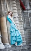 Joven mujer delgada en vestido