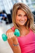 Fitnessstudio Frau heben freien Gewichten
