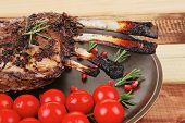 Hammelfleisch Rippen serviert auf Teller mit Gemüse