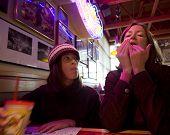 Madre e hija disfrutan un poco de comida rápida