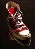 Постер, плакат: марочные Красные кроссовки на отражающей поверхности