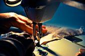 Ropa hecha a mano producido en una máquina de coser vintage