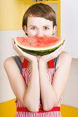 Mujer divertida con sonrisa de fruta jugosa