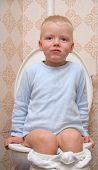 Kind auf dem WC
