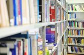 Buch und Magazinen in modern Library der university