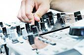 gramófono de equipo de DJ y mixete aislado en blanco
