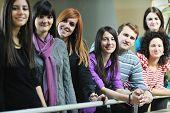 Retrato de grupo de personas felices estudiantes en edificio interior de la Universidad