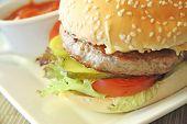 El restaurante sirve fantasia hamburguesa con papas fritas