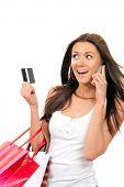 Cartão de crédito, falar ao telefone e sacos de compras de mulher