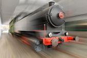 La locomotora de vapor en un ferrocarril. Película borrosa.