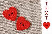 Extreme Nahaufnahme des winzigen Herzen geformte Tasten genäht auf natürliche Baumwollgewebe mit weißem Hintergrund und