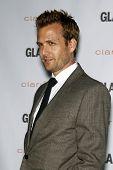 Los Angeles Okt 24: Gabriel Macht kommt in der Rolle des 2011 Glamour Momente auf der Direktoren Premiere