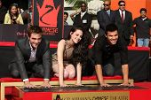 LOS ANGELES - NOV 3:  Robert Pattinson, Taylor Lautner, Kristen Stewart at their Handprint and Footp