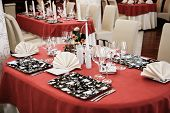 Conjunto de mesas para o jantar no restaurante moderno