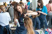 Moscou - 19 de abril: Crianças órfãs não identificadas, 13-16 anos, competir no cabeleireiro no concurso Y