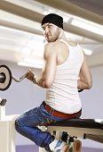 Mann im Fitness-Studio mit Bar