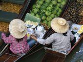 Duas mulheres em uma mercado flutuante
