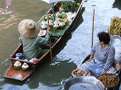 Mulheres vendendo em um mercado flutuante