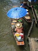 Mercado de água tailandês