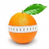 Fruta de naranja con medida aislado en blanco