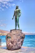CANDELARIA, TENERIFE - 15 de septiembre: Estatua de Romen, antiguo rey de Tenerife en la Basílica de Ca