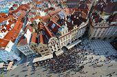 A antiga visão da Praça da cidade acima, Praga, República Checa