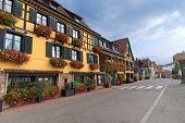 leeren Straße im Elsass mit gelben Hälfte Fachwerkhaus mit Blumen