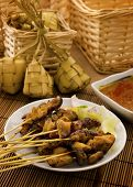 Comida asiática Malayo Ramadan, pollo satay y ketupat con poca luz