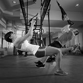 Fitness-TRX-Training-Übungen bei Fitness-Frau und Mann-Push-up-workout
