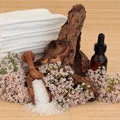 Valerian bloemstuk spa met aromatherapie etherische olie fles, zeezout, drijfhout en towe