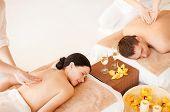 Foto de pareja en el salón de spa masaje