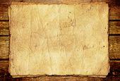 Antiguo libro sobre fondo de madera