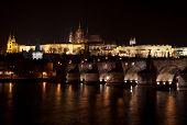 Castelo de Praga e charles ponte à noite.