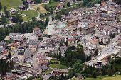 Cortina d ' Ampezzo es la más encantadora de esquí en Italia. Cortina es también conocido como el