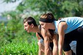Pareja joven fitness de hombre y mujer lista para empezar a correr