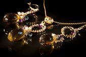 Antigo conjunto de jóias vintage com preciosas pedras XXL, pintura clara
