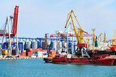 Armazém portuário com contêineres e cargas industriais