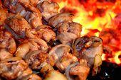 Suculentas fatias de carne com molho prepara-se em fogo