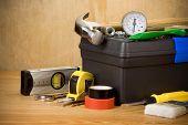 conjunto de ferramentas e caixa de ferramentas na textura de madeira