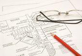 Draftings, Bleistift und Gläser