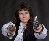 Постер, плакат: Девочка пират с двумя древними пистолетами в руках