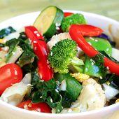 Misture os legumes frito cobertos com sementes de gergelim.