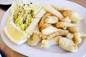 Rebanado y calamares o sepia en restaurante con luz Natural. Español