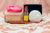 Kosmetik im Hintergrund der Rosa Stoff