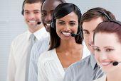 Multi ethnischen Kundendienstmitarbeiter stehen in einer Linie