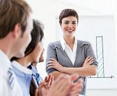fröhlich Geschäftsleute applaudieren eine gute Präsentation