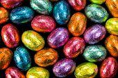 Ovos de Páscoa de chocolate em invólucros de papel alumínio