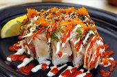 Постер, плакат: Специальный Tataki суши ролл Острый тунец в суши риса с опалило длинноперого мелко нарезанный лук пахло косуля