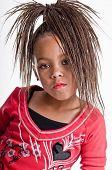 Young African American Mädchen Kleid bis zu spielen, wie sie ein Hip-Hop-Sänger ist