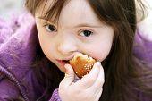 Portrait Of Beautiful Girl, dass Essen Baguette